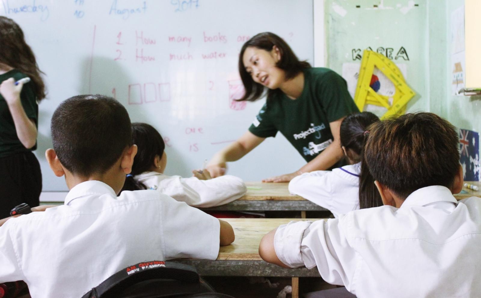 日本人教育ボランティアがカンボジアの子供たちへの英語教育に取り組む